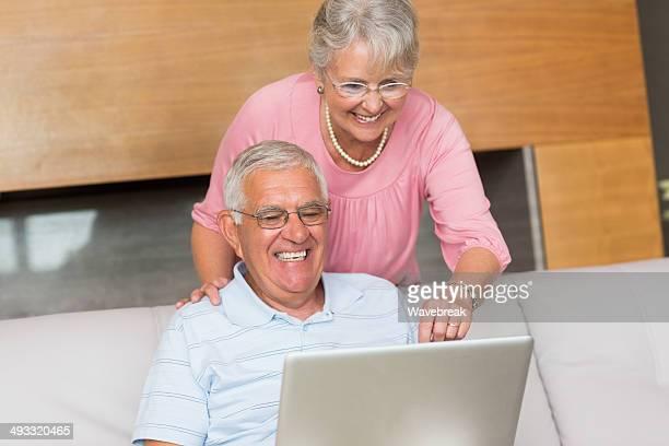 Hjappy 年配のカップルノートパソコンを使う