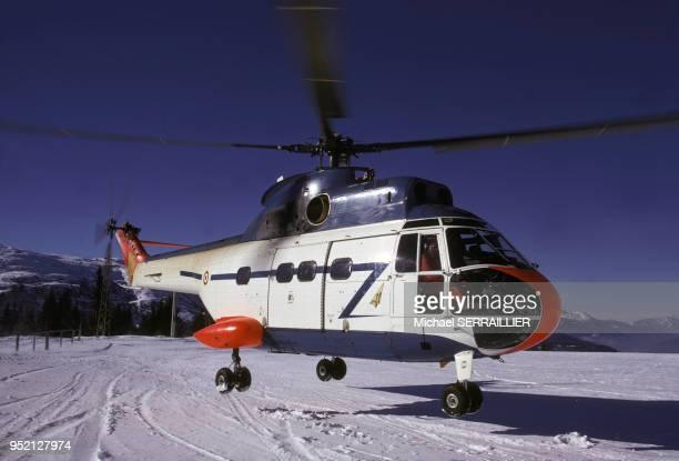 Hélicoptère de montagne atterrissant à l'altiport de Méribel en février 1972 en Savoie France