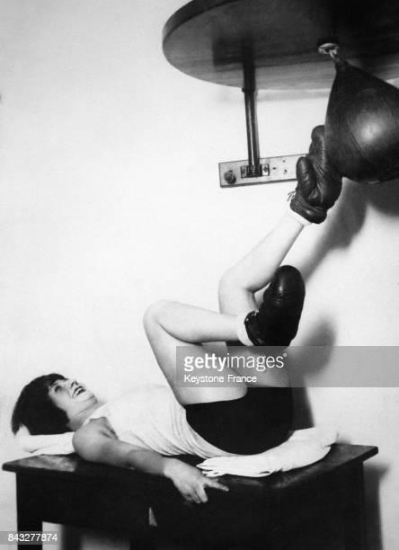 Hélène Gish élève d'un institut de gymnastique pratique un exercice compliqué mais recommandé pour l'assouplissement des muscles circa 1930 à New...