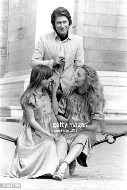 Hélène Rollès Jacques Dutronc et Brigitte Fossey sur le tournage du film 'Le Mouton noir' de JeanPierre Moscardo le 3 juillet 1979 à Paris France