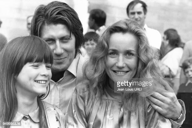 Hélène Rollès Jacques Dutronc et Brigitte Fossey sur le tournage du film 'Le Mouton noir' réalisé par JeanPierre Moscardo le 3 juillet 1979 à Paris...