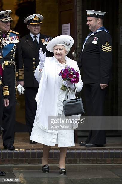 Hm Queen Elizabeth Leaves Hms President After The Thames River Pageant