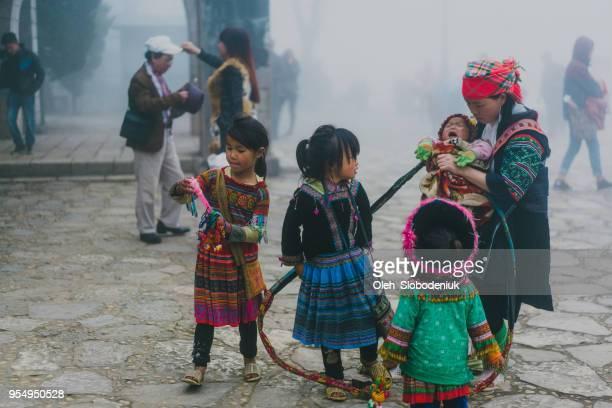 Hmong kinderen buiten spelen