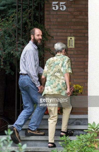 Händchenhaltend gehen Renate und Werner Wallert am 3182000 in ihr Haus im Göttinger Stadtteil Geismar Die beiden Entführungsopfer kehrten am 318 nach...