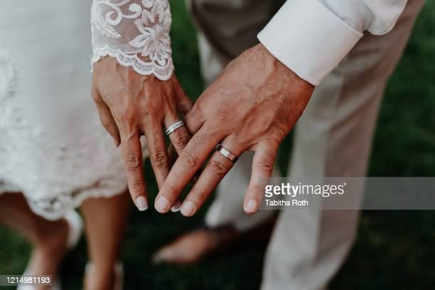hände von mann und frau nach hochzeit mit eheringen - newlywed stock pictures, royalty-free photos & images