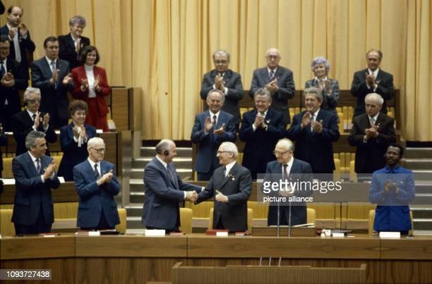 Händedruck zwischen Michail Gorbatschow Generalskretär des ZK der KPdSU und Erich Honecker Generalsekretär des ZK der SED während des XI Parteitages...