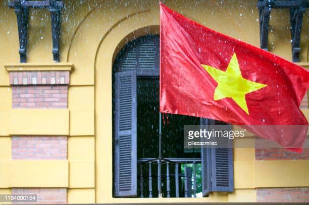 ho chi minh complex shutters and rain, presidential gardens, hanoi, north vietnam - bandiera comunista foto e immagini stock