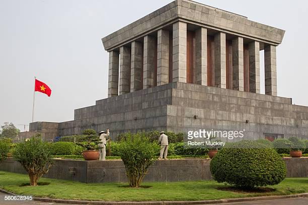 ho chi minh mausoleum - bandiera comunista foto e immagini stock
