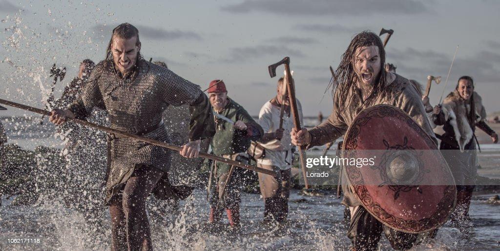 Un tesoro de arma blandiendo a guerreros vikingos luchando en una escena del campo de batalla en el mar : Foto de stock