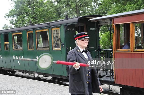 Hobbyeisenbahner in historischen Uniformen betreiben die Museumsbahn ehrenamtlich