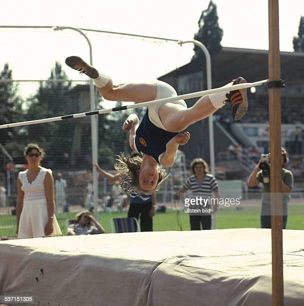 Hochspringerin DDR überspringt im DDRTrikot während eines Wettkampfes die Latte oJ