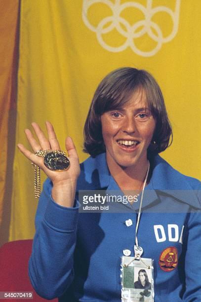 OlympiasiegerinRosemarie Ackermann zeigt ihreGoldmedaille Juli 1976