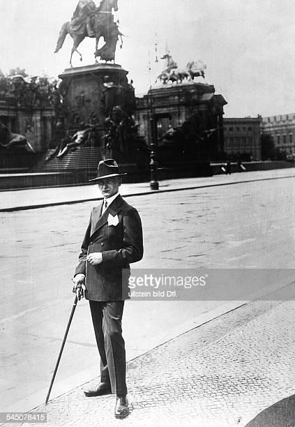 Hochstapler gab sich als Prinz Wilhelm von Preussen ältester Sohn des Kronprinzen ausPorträt / Ganzkörperaufnahme mit Spazierstock in Berlin1927
