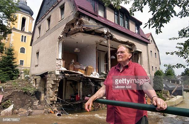 Hochwasser nach der Flut im Osterzgebirge, Fluten der Seidelitz, Elisabeth Franke vor ihrem zerstörten Haus in Zoschendorf / Pirna