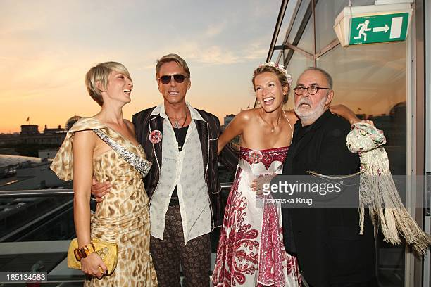 Hier Mit Wolfgang Joop Alexandra Helling Und Mia Florentine Weiss Bei Der Feier Im China Club In Berlin