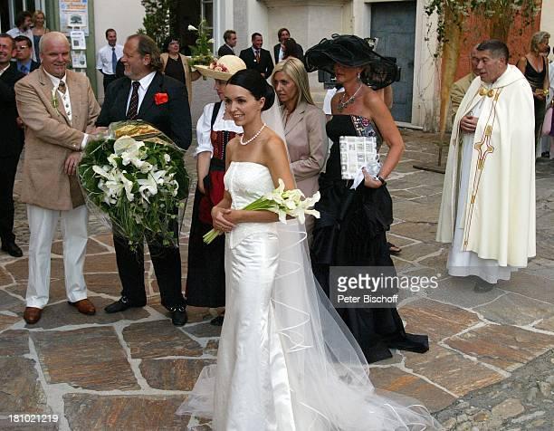 Hochzeit von DJ ; tzi , Ehefrau Sonja Kien-Friedle, Hannes Kartnig , Pastor Raimund Ochabauer , Pöllau , ; sterreich, Blumen, Braut, Brautstrauß,...