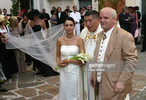 Hochzeit von DJ ; tzi , Ehefrau Sonja Kien-Friedle, Pastor Raimund Ochabauer , Pöllau , ; sterreich, Blumen, Braut, Bräutigam, Brautstrauß,...