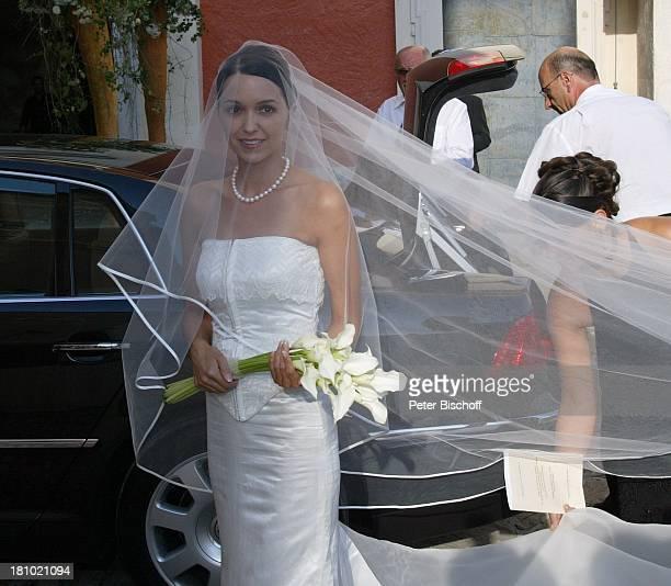 Hochzeit von DJ ; tzi , Ehefrau Sonja Kien-Friedle, Pöllau , ; sterreich, Ankunft der Braut, Auto, Volkswagen, Blumen, Brautstrauß, Brautkleid,...