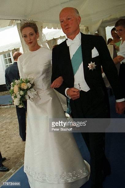 Hochzeit von Prinzessin Alexandra zuSaynWittgensteinBerleburg und GrafJeffersonFriedrich von Pfeil undKleinEllguth Schloß Graasten...