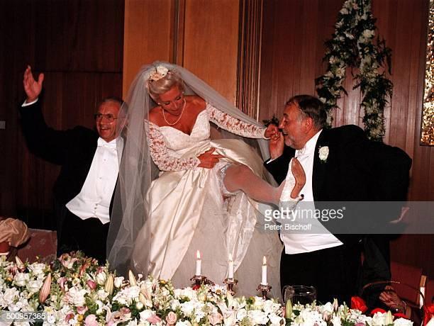 Hochzeit von SchlagerSängerin Dorthe Kollo und OscarPreisträger Just Betzer am 17 August 1996 in Kopenhagen Nach alter dänischer Sitte mußte Dorthe...