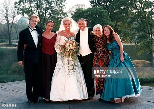 Hochzeit von SchlagerSängerin Dorthe Kollo und OscarPreisträger Just Betzer am 17 August 1996 in Kopenhagen BrautKleid Schleier vlnr Nathalie Kollo...