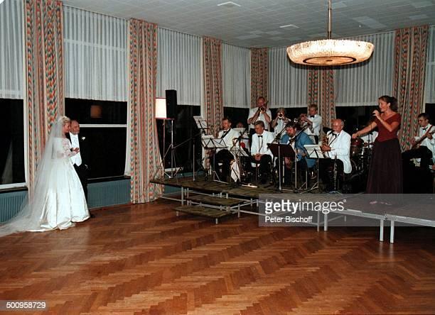 Hochzeit von SchlagerSängerin Dorthe Kollo und OscarPreisträger Just Betzer am 17 August 1996 in Kopenhagen Dorthe`s Tochter Nathalie Kollo sang dem...