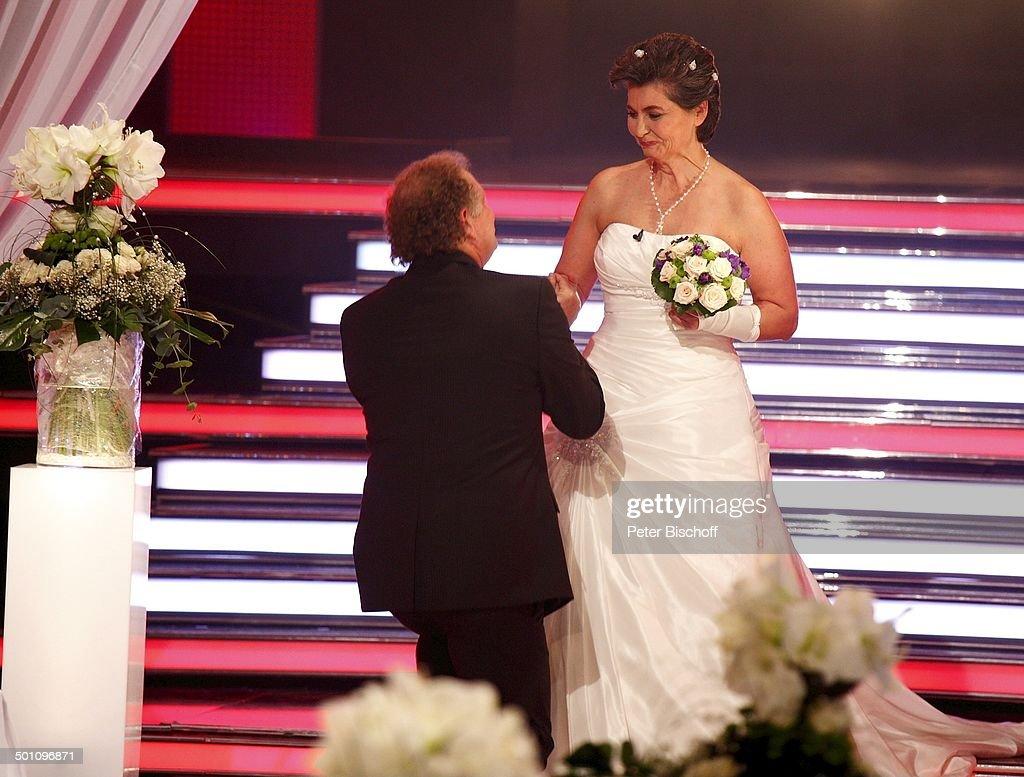 Hochzeitspaar Braut Yvonne Lindemann (im weißen Brautkleid, mit ...