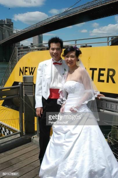 Hochzeitspaar vor Brooklyn Bridge über Hudson River Manhattan New York USA Amerika Brücke Braut Bräutigam Hochzeitskleid Reise BB DIG PNr 741/2006