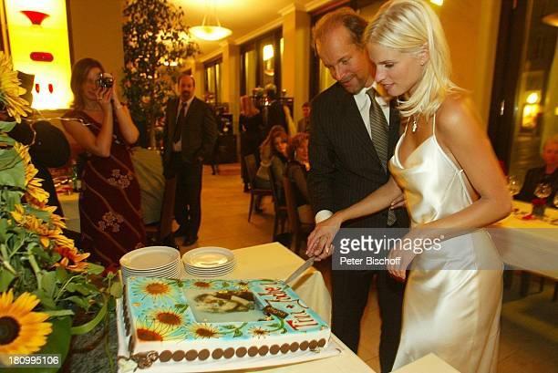Hochzeitstorte von Jochen Horst und Ehefrau Tina Ciamperla Anschneiden der Torte Hochzeit Hochzeitsfeier Restaurant I Portici Berlin Deutschland...