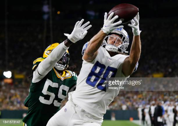 Hockenson of the Detroit Lions cacthes a pass for a touchdown against De'Vondre Campbell of the Green Bay Packers during the first half at Lambeau...