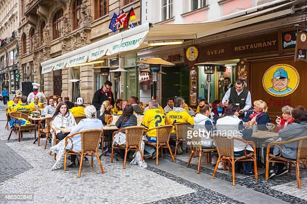 Fãs de hóquei beber cerveja em Svejk restaurante, Praga