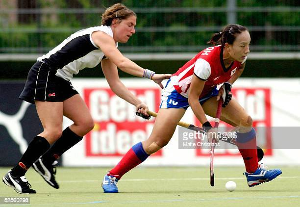 Hockey / Frauen: Vier Nationen Turnier 2004, Hamburg; Deutschland - Korea ; Natascha KELLER / Deu, Ko Woon OH / Korea 11.07.04.