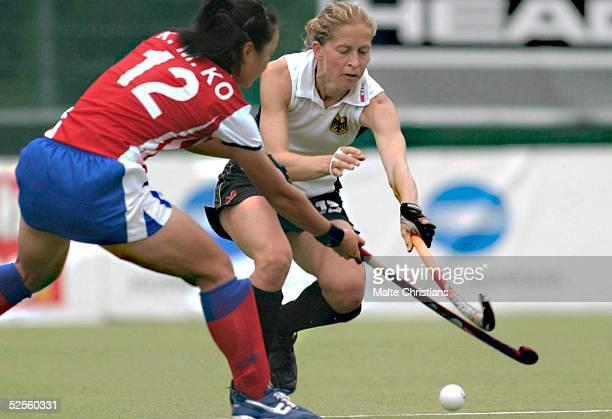Hockey / Frauen: Vier Nationen Turnier 2004, Hamburg; Deutschland - Korea ; Kwang Min KO / Korea, Marion RODEWALD / Deutschland 11.07.04.
