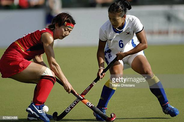 Hockey / Frauen: Vier Nationen Turnier 2004, Hamburg; Korea - China ; Baorong FU / China, Jung A KIM / Korea 09.07.04.