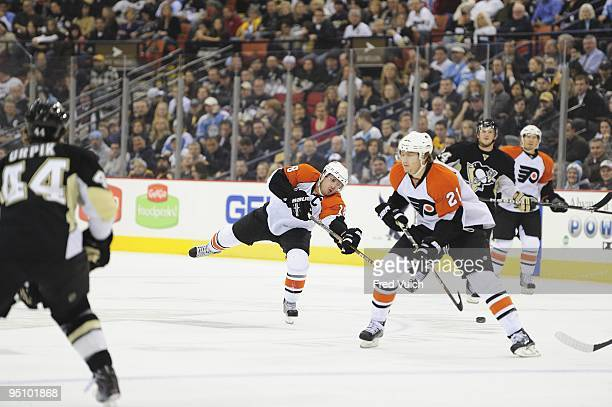 Philadelphia Flyers Mike Richards in action vs Pittsburgh Penguins Pittsburgh PA CREDIT Fred Vuich