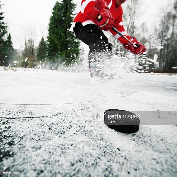 hockey - difensore hockey su ghiaccio foto e immagini stock