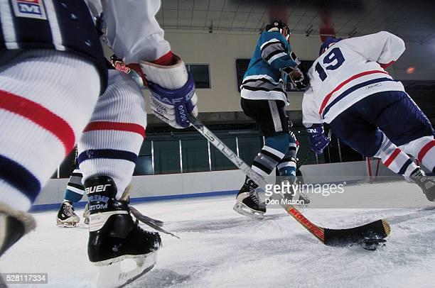 hockey players in action - ijshockey stockfoto's en -beelden