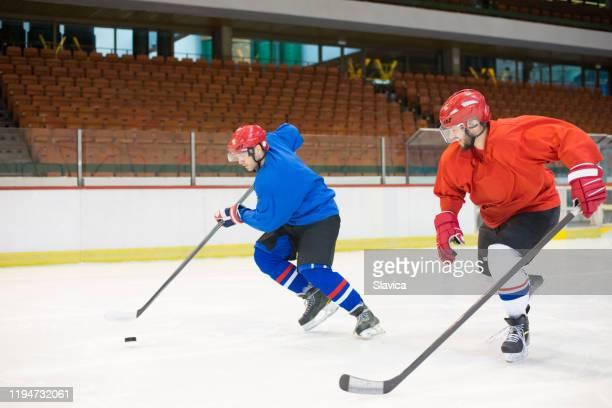 ホッケーをするホッケー選手 - アイスホッケーグローブ ストックフォトと画像