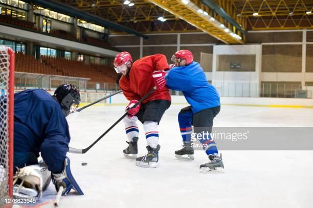 アイスホッケーをしているホッケー選手 - アイスホッケーグローブ ストックフォトと画像