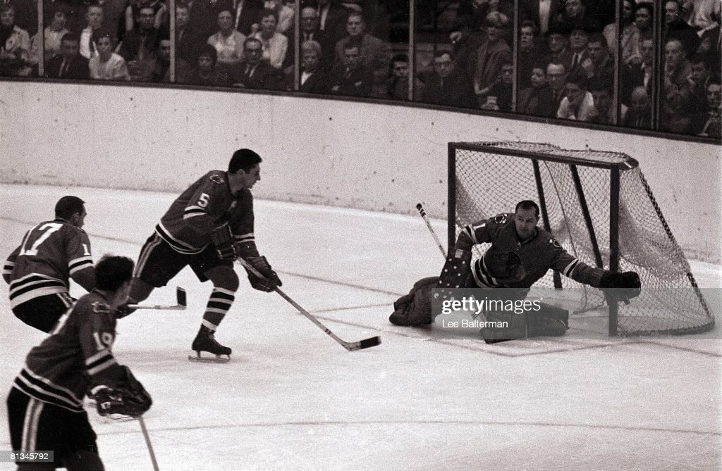 Chicago Blackhawks Goalie Glenn Hall, 1965 Stanley Cup Finals : Nachrichtenfoto