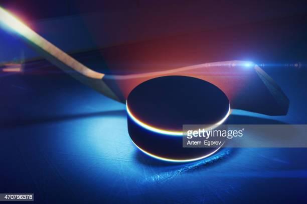 Hockeyschläger und den Puck auf die Eislaufbahn