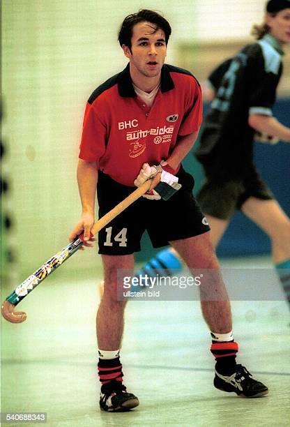 Hockeyspieler Tibor Weißenborn vom Berliner HC beim Hallenhockey