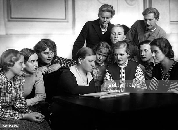 Hoeflich Lucie Actress Germany*20021883nee Helene Lucie von Holwede with drama students of the Staatliche Schauspielschule Berlin Photographer...