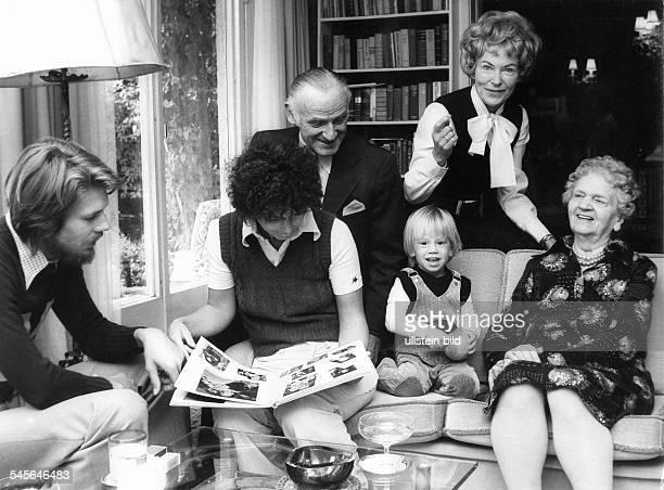 Hoehn Carola *Schauspielerin D mit Familie vl Sohn Michael Schwiegertochter Monika Ehemann Gerd Lange CH Enkel Daniel und Mutter Anna Hoehn 1975