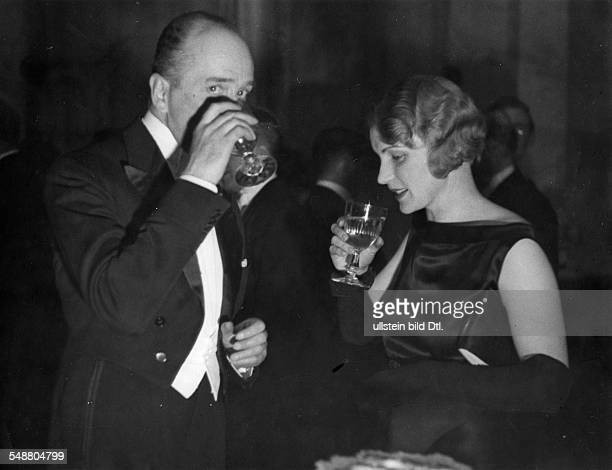 Hoesch Leopold von diplomat ambassador Germany *10061881 In conversation with Mrs Legation Secretary Dr Dr Zimmermann during a soirée reception in...