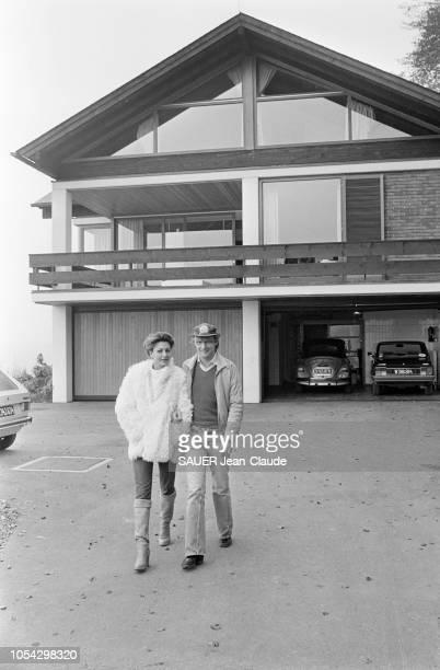 Hof bei Salzburg Autriche octobre 1977 Niki LAUDA pilote de Formule 1 autrichien chez lui près de Salzbourg avec son épouse Marlene KNAUS Ici les...
