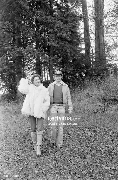 Hof bei Salzburg Autriche octobre 1977 Niki LAUDA pilote de Formule 1 autrichien chez lui près de Salzbourg avec son épouse Marlene KNAUS Ici bras...