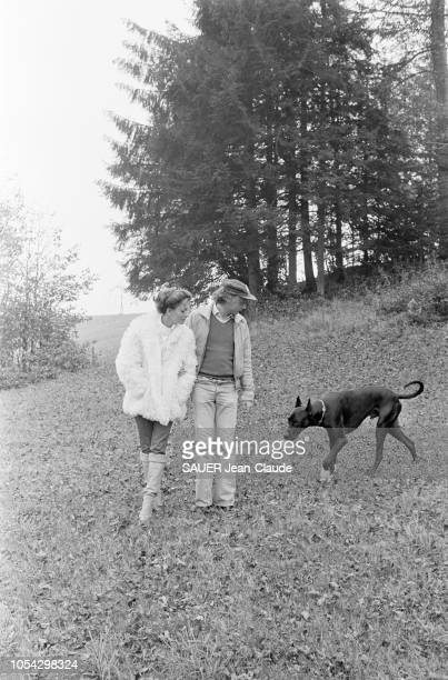 Hof bei Salzburg Autriche octobre 1977 Niki LAUDA pilote de Formule 1 autrichien chez lui près de Salzbourg avec son épouse Marlene KNAUS Ici avec...