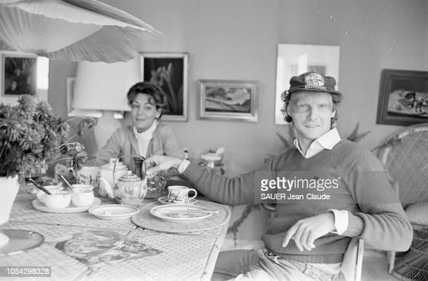 Hof bei Salzburg Autriche octobre 1977 Niki LAUDA pilote de Formule 1 autrichien chez lui près de Salzbourg avec son épouse Marlene KNAUS Ici à la...