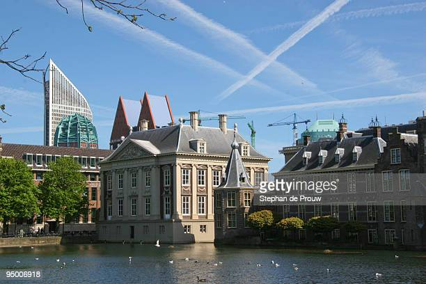 hofvijver and mauritshuis - stephan de prouw stock pictures, royalty-free photos & images